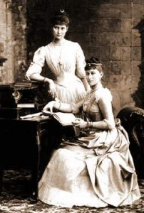 Императрица Александра Федоровна (слева) и Великая княгиня Елизавета Федоровна (справа)